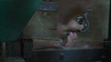 Zár-megjelöl, a munka, egy kulcs, hogy húzza meg a csavart a Twang Roller fűrésztelep kar