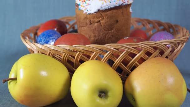 Detail, uspořádání Velikonoce, Velikonoce v dřevěné koše s barvená vejce a Apple na pozadí