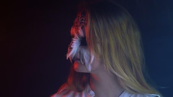Close-up, bella ragazza con gufo viso Mime sul viso gira la testa in Studio scuro fumoso
