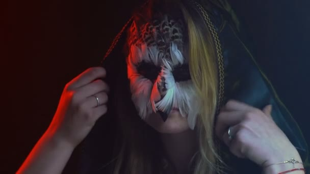 Close-up, bella ragazza con la faccia di gufi sul viso rimuove e ancora abiti sulla testa nero cappuccio