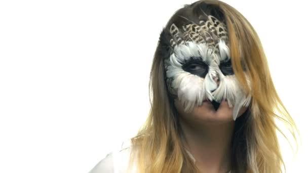 Primo piano, bella ragazza con gufi triste sul viso in posa in Studio per fotografo