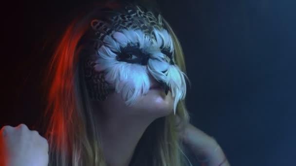 Close-up, bella ragazza con i gufi triste sul volto spara cappuccio nero e testa verticale simile a Bird