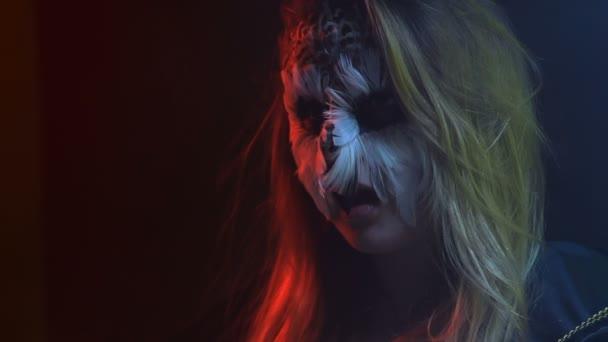 Scena di close-up, bella ragazza con il gufo triste sul volto simula il becco aperto come uccello posa per il fotografo