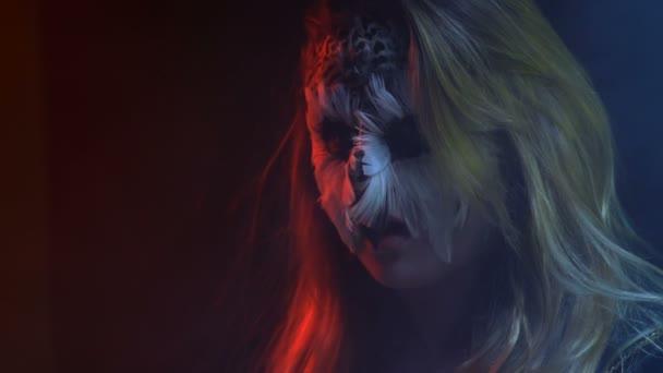 Close-up, bella ragazza con trucco viso gufi sul viso simula Apri il becco come un uccello che posa per il fotografo in Studio scuro