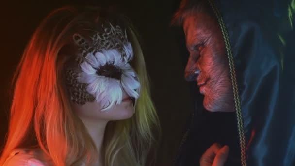 Close-up, ragazzo con lupo triste sul volto ama per la ragazza con i gufi Grim a Studio fumoso