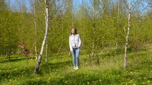 Žena chodí v lese