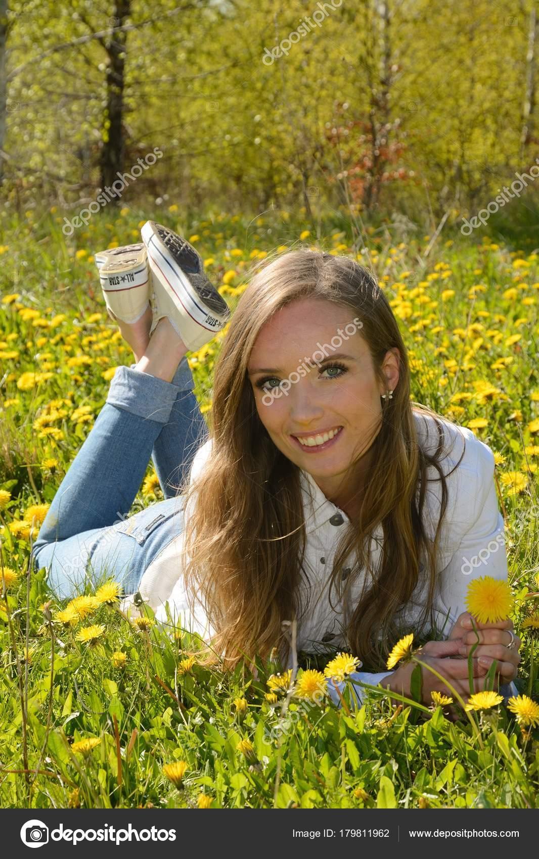 1f2e128b9bf Όμορφη Νεαρή Γυναίκα Που Βρίσκεται Ανάμεσα Λουλούδια Πικραλίδα Ένα ...