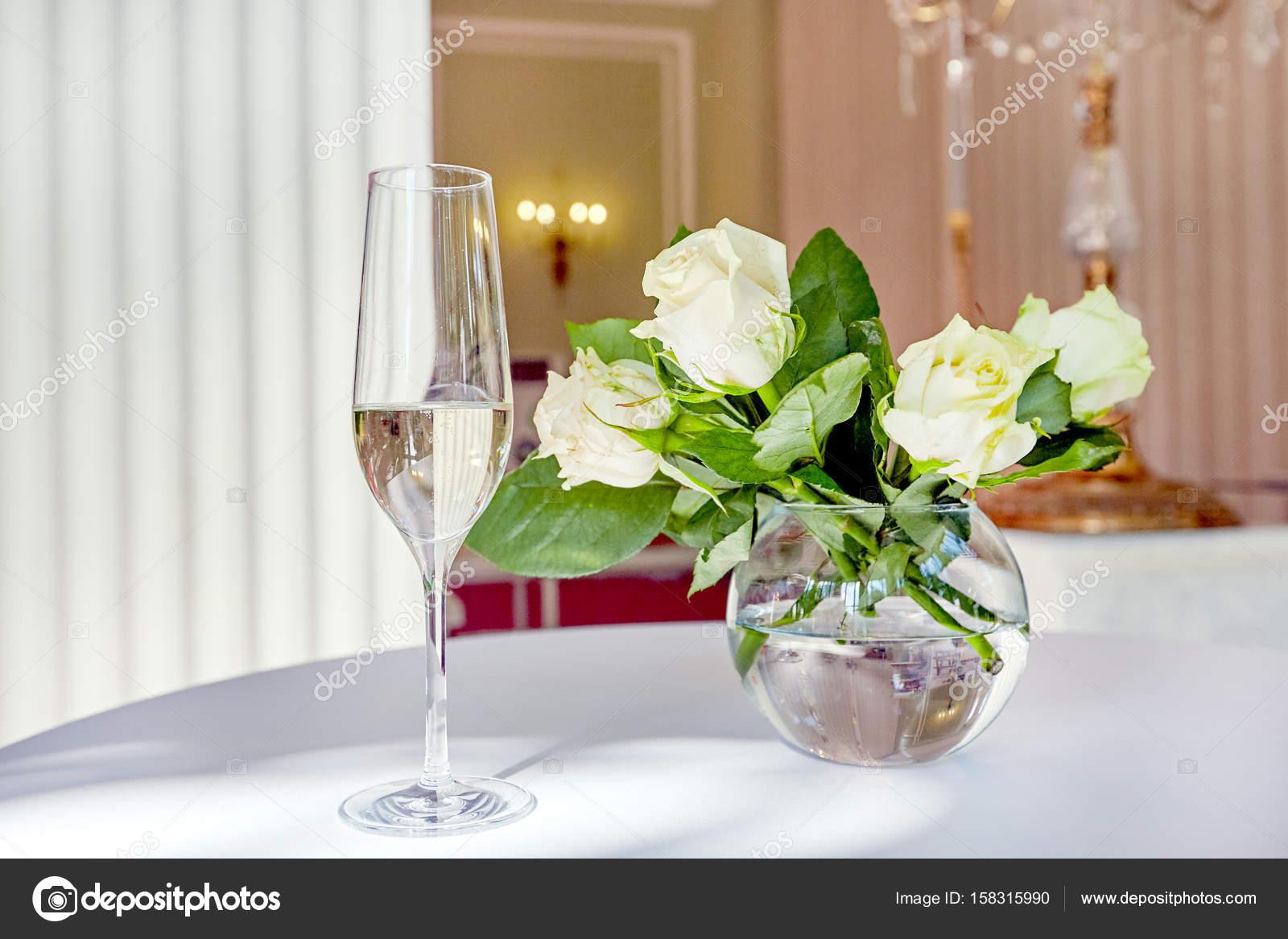 Tischdekoration Mit Blumen Und Glas Wein Stockfoto C Alejandroav