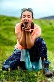 Fényképek Lány étkezési bogyók, szabadban szórakozik