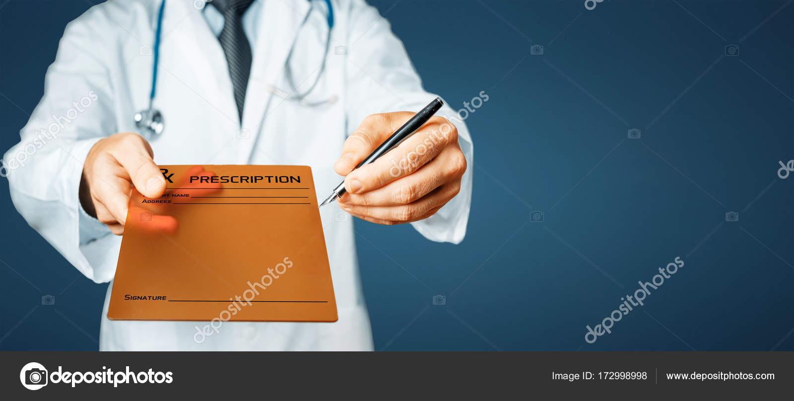 55ad0a811b735 Médico de jaleco branco com estetoscópio possui em seu tablet digital de mão  com história da doença (consentimento do paciente) e caneta para assinatura  ...