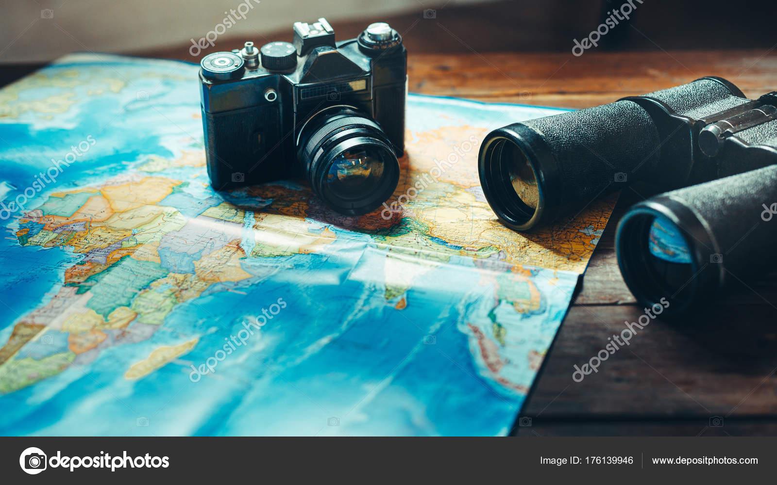 Zubehör für reisen vintage film kamera karte und fernglas auf