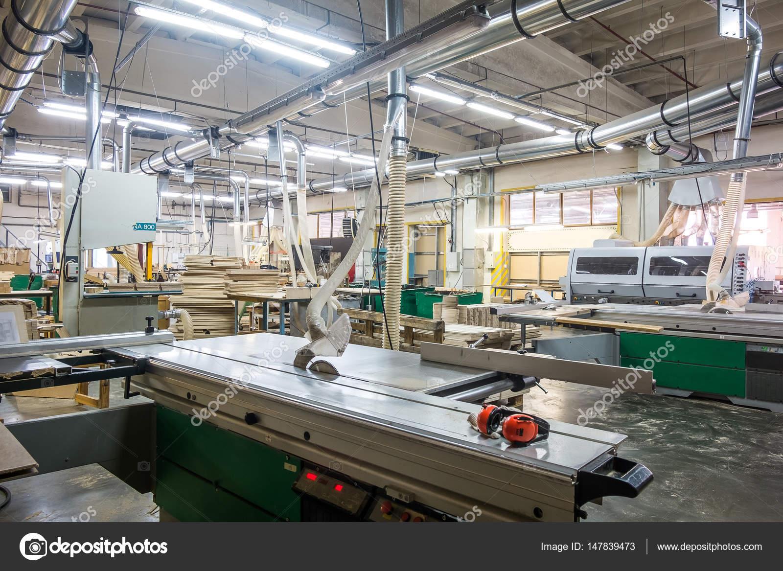 Officina per la produzione di mobili in legno in fabbrica for Produzione di mobili