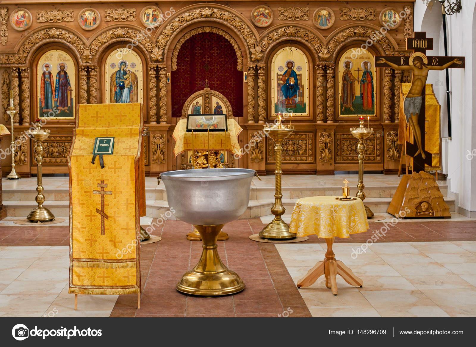 Das Sakrament Der Taufe In Der Orthodoxen Kirche Stockfoto