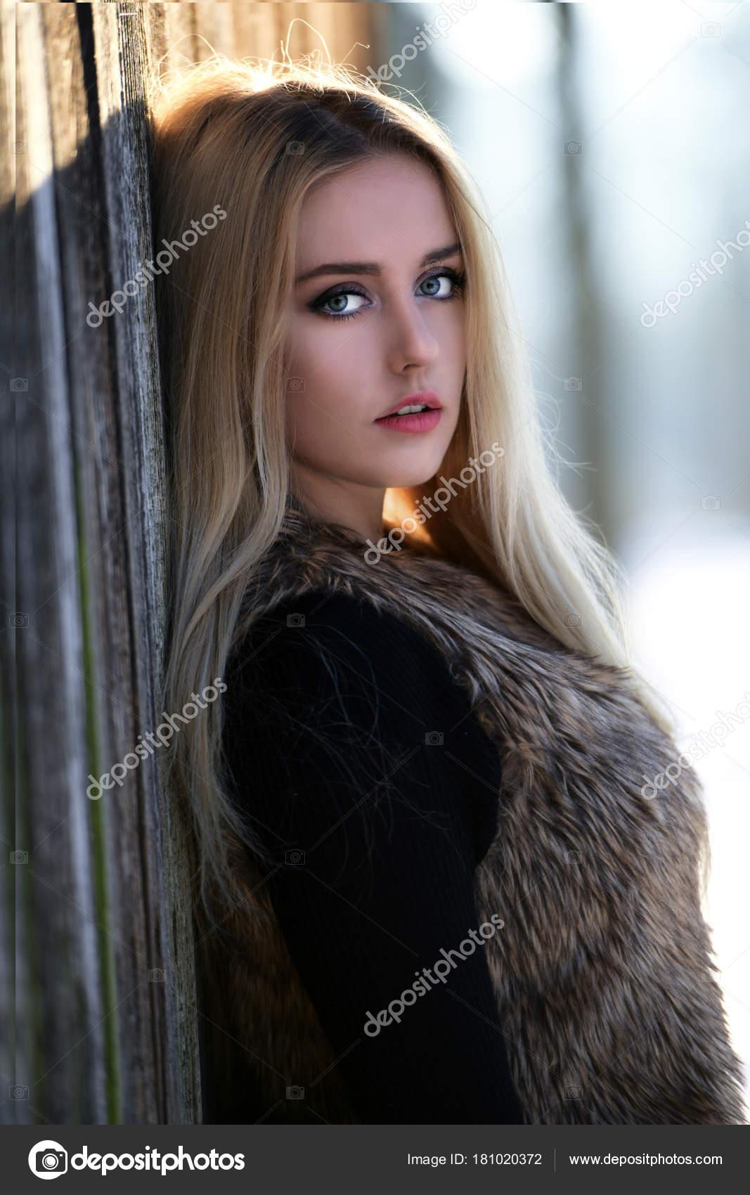 Krásné Blond Vlasy Dívka Zimě — Stock Fotografie © muro  181020372 5dc1f1e3538