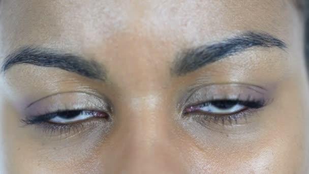 Villogó szeme fekete nő