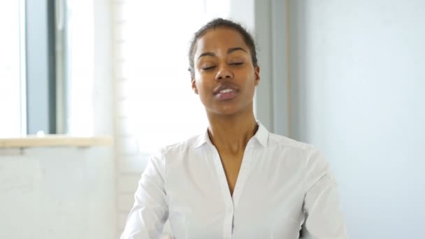 Černá žena nadšená pro úspěch