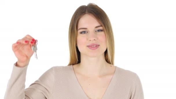 Žena zobrazeno klíče od domu, bílé pozadí