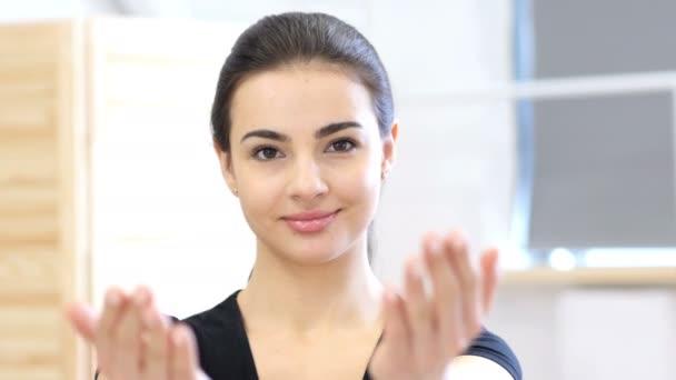 Einladende Geste einer Frau im Amt