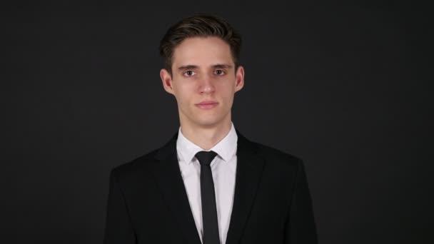 Üzletember, sötét, fekete háttér portréja
