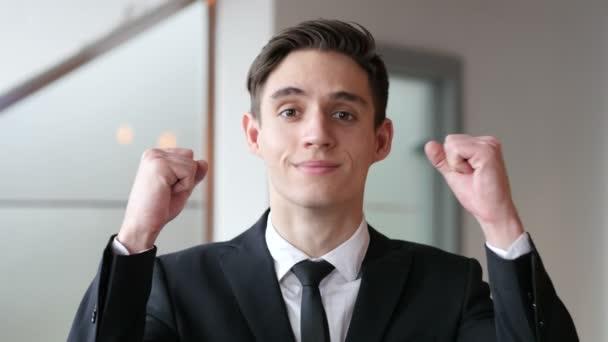 mladý podnikatel slaví úspěch