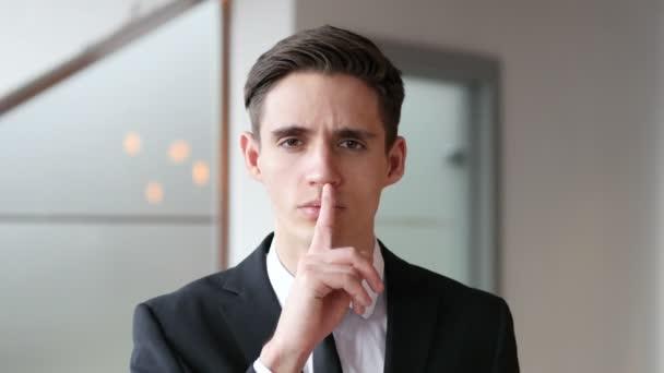 Ticho, prst na rty v úřadu
