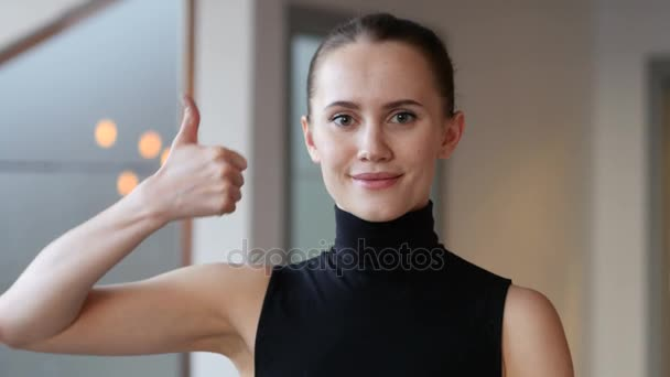 Palec nahoru žena v úřadu