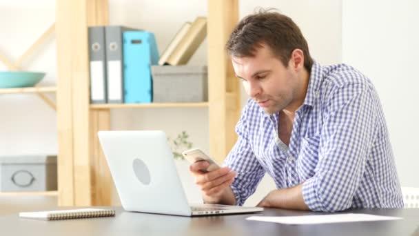 Mann mit Smartphone, SMS-Nachrichten