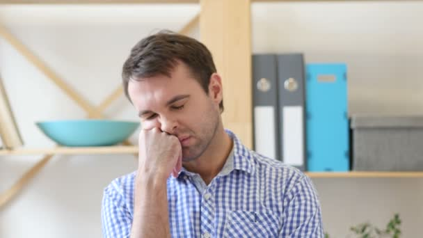Alszik, hivatalban munkahelyi fáradt ember