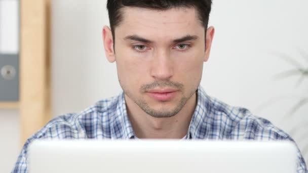 Kreativní člověk, pracující na notebooku, pohled zepředu