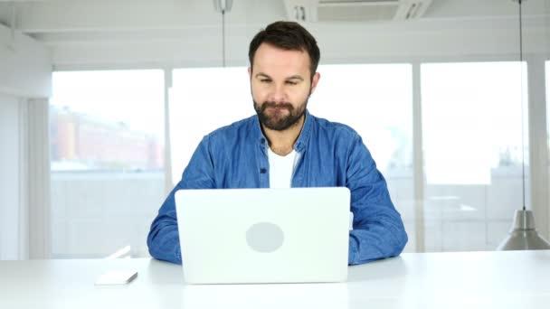 Online Video Chat, mluvící muž přes webovou kameru
