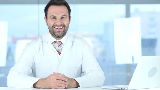 Ať se usmívám pozitivní lékaře umístění v klinice