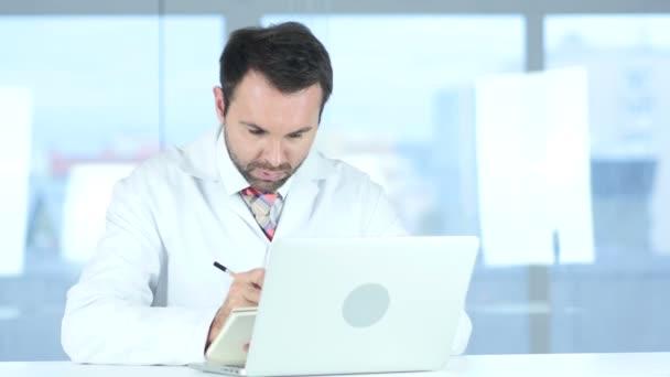 Doktor psaní lékařské zprávy o pacienta, pomocí přenosného počítače