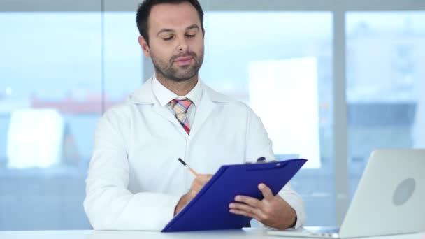 Doktor psaní lékařské zprávy, usmíval se směrem k fotoaparátu