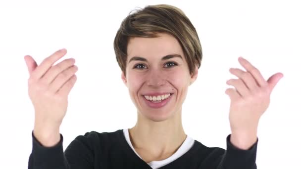 Porträt einer schönen jungen Frau, die Kunden mit beiden Händen einlädt