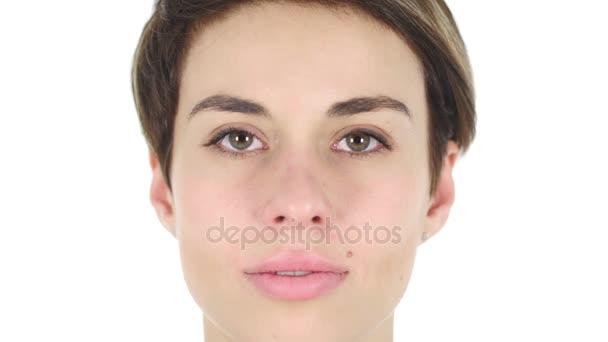 Zblízka vážná tvář, bílé pozadí