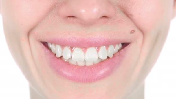 Zblízka krásnou usmívající se žena s bílé zuby