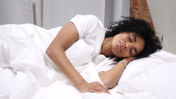 Afro-American žena ležela v posteli a spaní na boku, relaxace, odpočinek