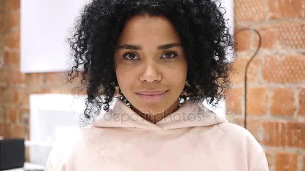 Willkommendes Porträt eines afroamerikanischen Mädchens, Geste des Hallo