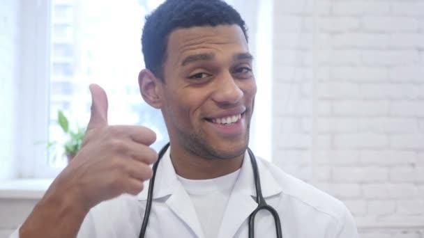 Portrét z afrických americký doktor ukázal palec nahoru