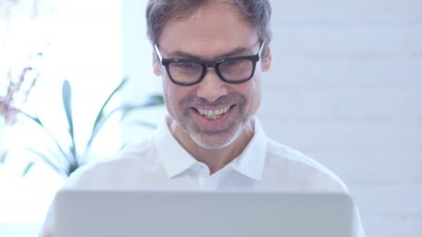 Online-Video-Chat bis Mitte im Alter Mann bei der Arbeit, schließen