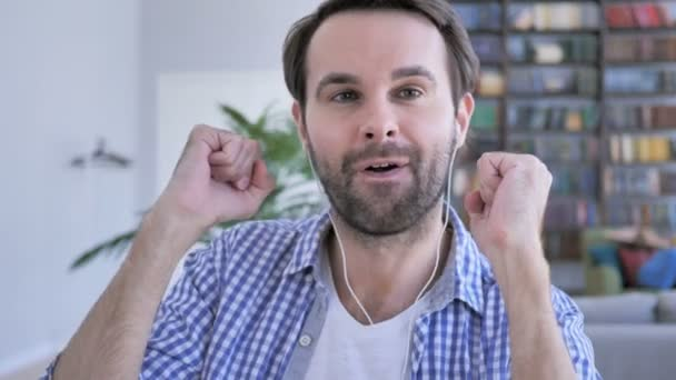 tanzen glücklicher Mann lädt Freunde während Online-Videochat, Webcam