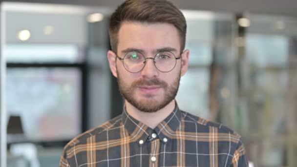 Porträt eines jungen Designers beim Videochat und Winken