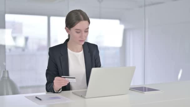 Fiatal üzletasszony ünnepli Online fizetési siker a laptopon