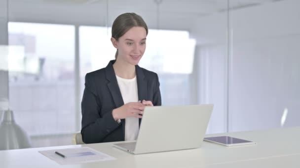 Veselý mladý podnikatel dělá video chat na notebooku