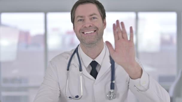 Porträt eines fröhlichen Arztes mittleren Alters beim Videochat
