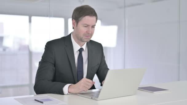 Ambiciózní podnikatel slaví úspěch na notebooku