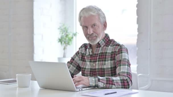 Ehrgeiziger, lässiger alter Mann macht Daumen hoch im Amt