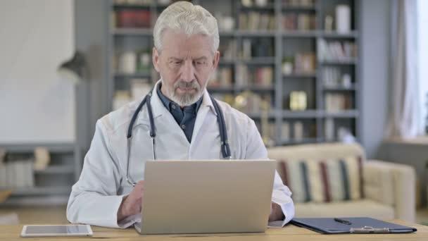 Senior alter Doktor macht Videochat auf Laptop