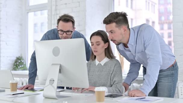Ambiciózus Startup Team Együtt dolgozik az Asztalon