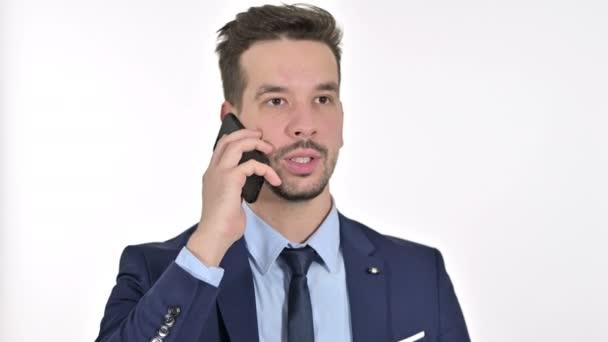 Portré fókuszált fiatal üzletember beszél okostelefon, fehér háttér